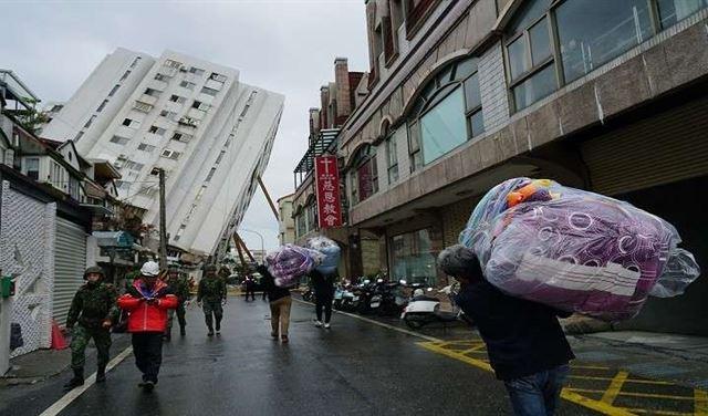 بالفيديو: مشاهد مروعة لحظة وقوع زلزال تايوان