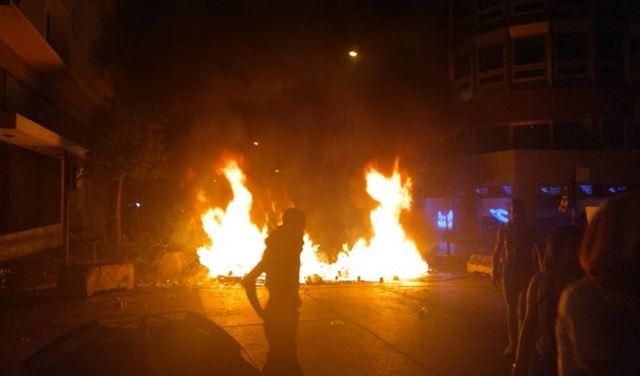 بالفيديو: محتجّون يضرمون النيران قرب السراي الحكومي