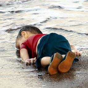بالفيديو..طفل لم تسعه سوريا ولم يستقبله البحر فهاجر طوعاً نحو السماء