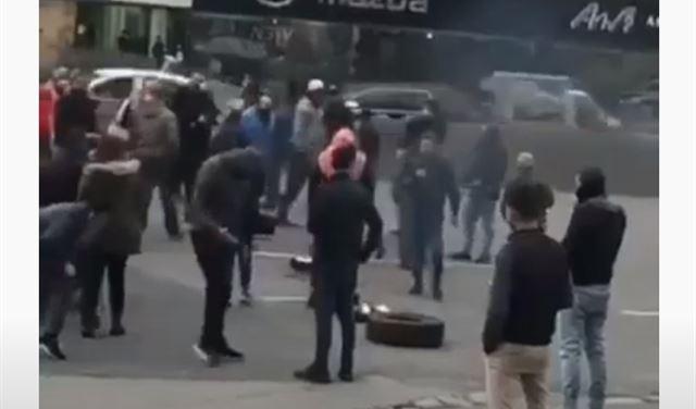 بالفيديو: قطع أوتوستراد جل الديب بالإطارات المشتعلة