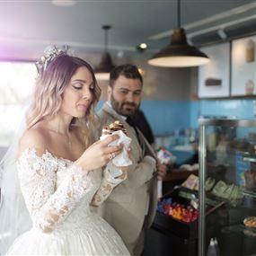 "بالصور: عروس ""ضربها الجوع"".. فاستنجدت بـ""Starbucks"""