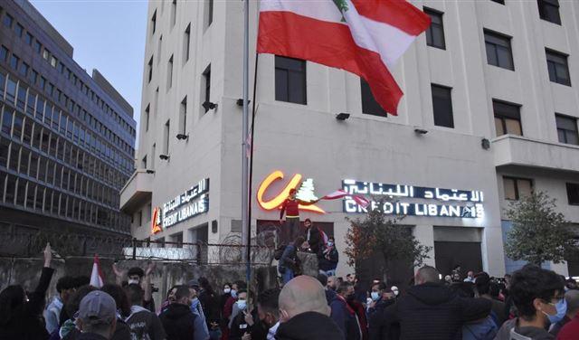 لبنان: الدولار يحلّق فوق 14 ألف ليرة والعين على