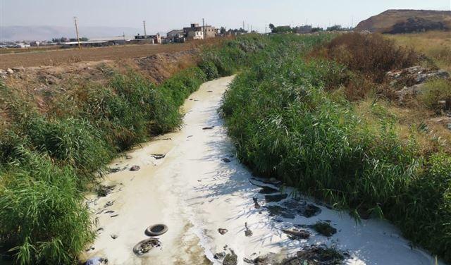 بالفيديو-مؤسسات صناعية في البقاع تستغل إضراب المحامين... وتلوث نهر الليطاني!