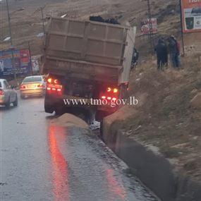 بالصور: هطلت الأمطار ... فانزلقت الشاحنة
