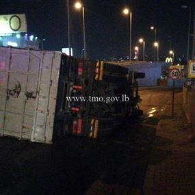 بالصورة: جريح بانقلاب شاحنة في مدخل نفق الصياد