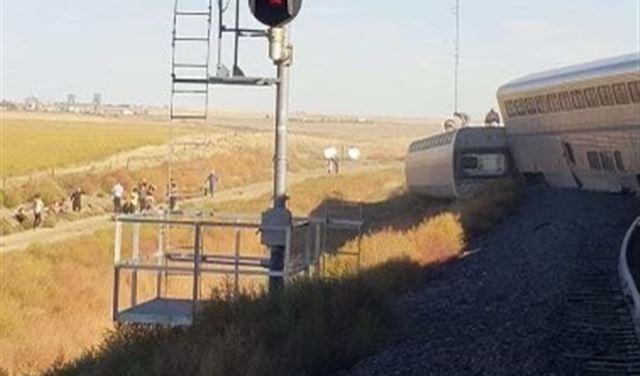 مصرع 3 وإصابة آخرين بخروج قطار عن مساره في أميركا (صور)