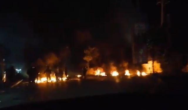 بالفيديو: قطع طريق دواركفررمان بالاطارات المشتعلة