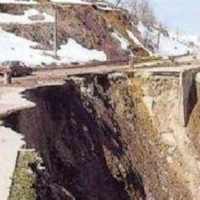 انهيار جبل كفرنبرخ والمواطنون يخلون منازلهم