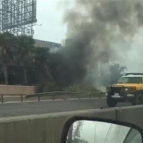 بالصورة.. حريق على المسلك الغربي لاتوستراد ضبيه