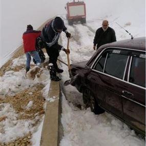 بالصور: انقاذ مواطن احتجزت سيارته في الثلوج في عيناتا الأرز