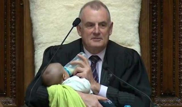 بالصور والفيديو: رئيس مجلس نواب نيوزيلندا يرضع طفلا خلال الجلسة