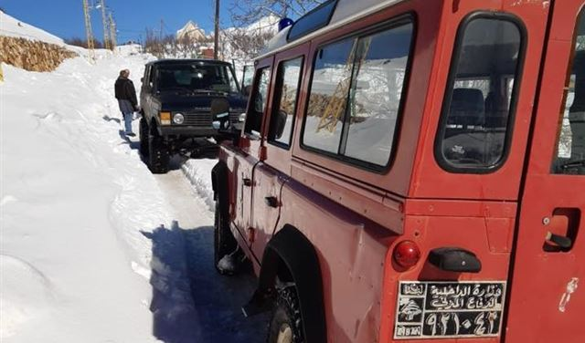 انقاذ عائلة عالقة بالثلوج في جبيل