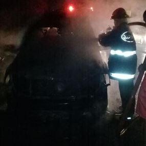 بالصورة: حريق سيارة رباعية الدفع على اوتوستراد البترون