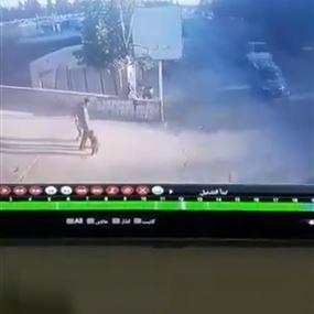 بالفيديو: حادث سير مروّع يودي بحياة طفل سوري