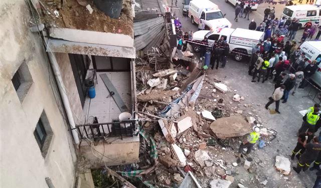 بالفيديو: سقوط 3 شرفات من مبنى سكني في الحوش صور