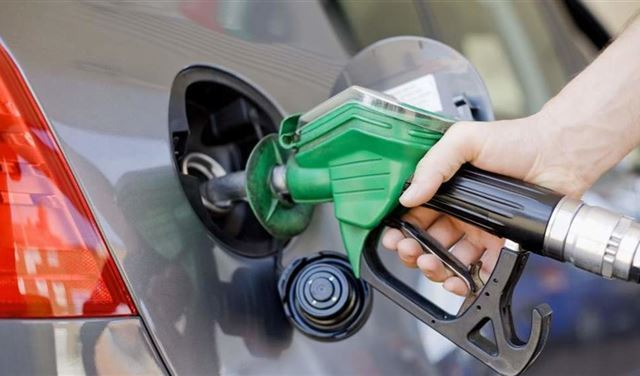 يُعبّئون البنزين في سيّاراتهم... ويقومون بتفريغه وبيعه!