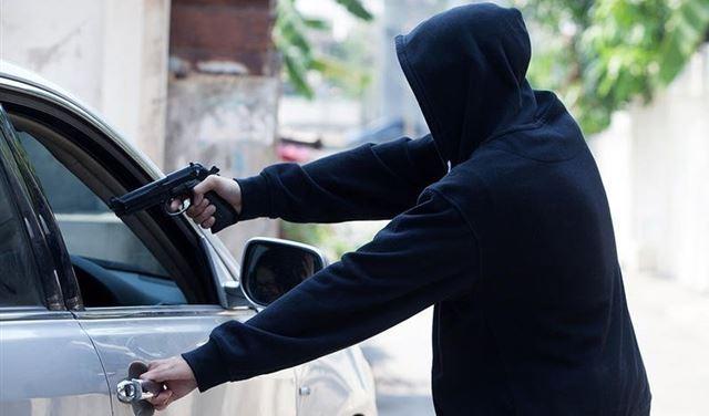 بقوة السلاح... ملثمون يُسلبون المال من إمرأة في راشيا
