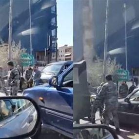 بالفيديو.. تضارب بين الجيش ودركي بسبب