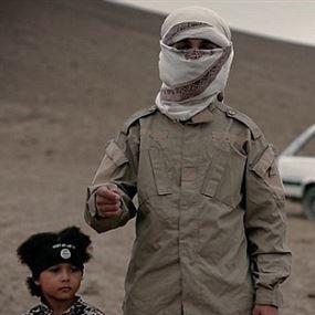داعش ينشر تسجيلاً صادماً وصوراً لطفل يقتل 4 رجال